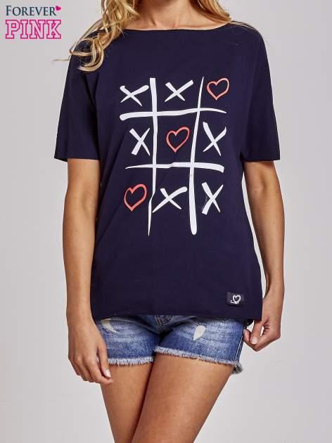 Granatowy t-shirt z motywem serce i krzyżyk                                  zdj.                                  1