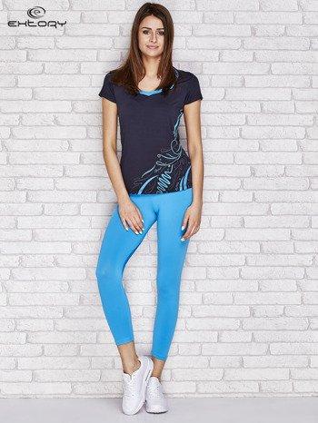 Granatowy t-shirt z nadrukiem i kieszonką                              zdj.                              4