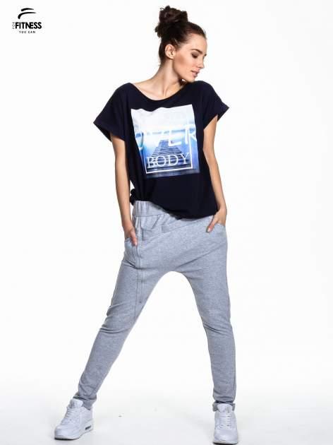 Granatowy t-shirt z napisem MIND OVER BODY                                  zdj.                                  2