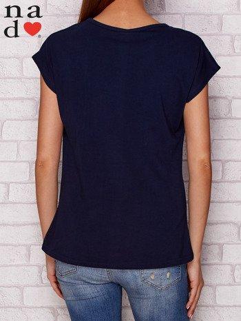 Granatowy t-shirt z napisem PIĘKNA MŁODA NIEWYSPANA