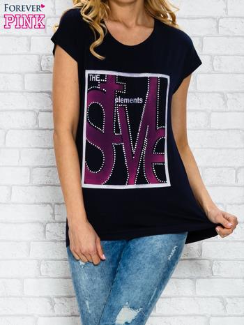 Granatowy t-shirt z napisem STYLE z dżetami                                  zdj.                                  1