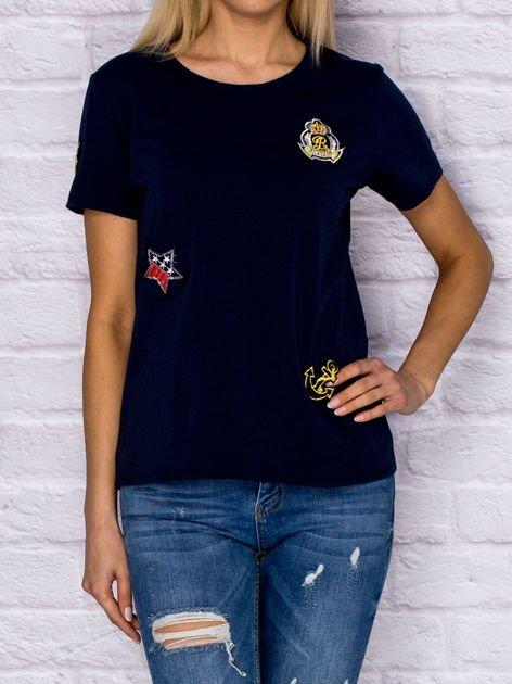 Granatowy t-shirt z naszywkami                              zdj.                              1