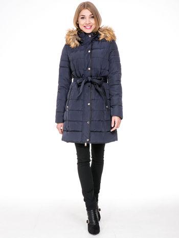 Granatowy taliowany płaszcz puchowy z kapturem z futerkiem                                  zdj.                                  2