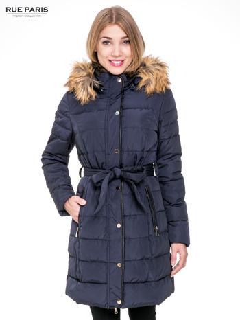 Granatowy taliowany płaszcz puchowy z kapturem z futerkiem                                  zdj.                                  1