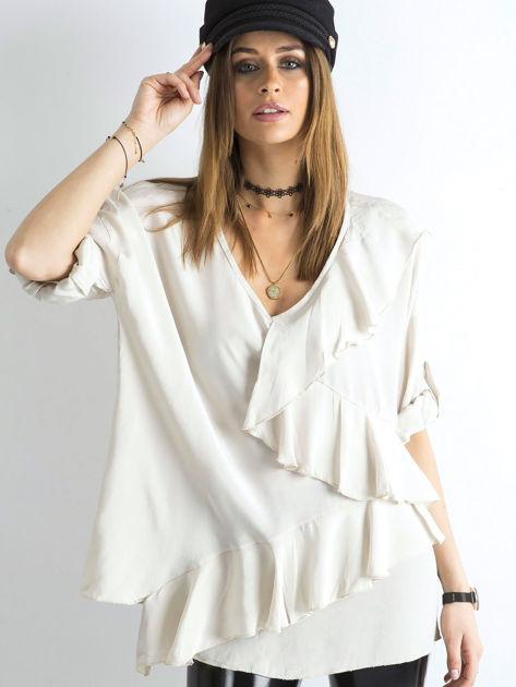 Jasnobeżowa luźna bluzka z asymetryczną falbaną                              zdj.                              1