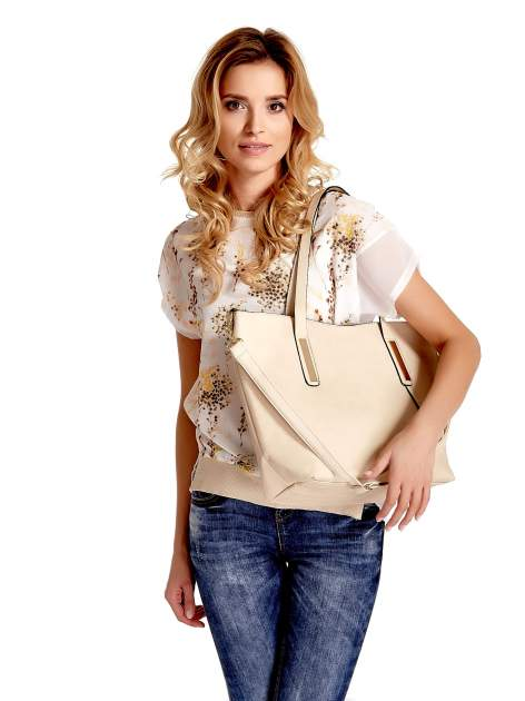 Jasnobeżowa torba na ramię ze złotym emblematem                                  zdj.                                  1