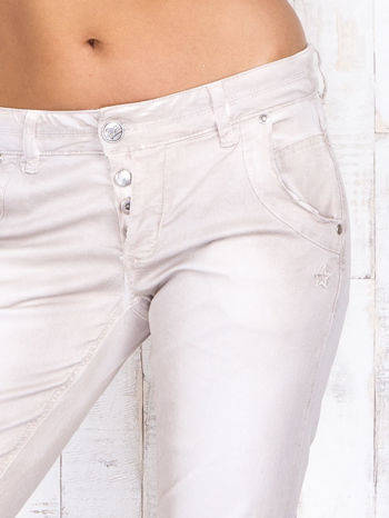 Jasnobeżowe mieniące się spodnie skinny z brokatem i haftami                                  zdj.                                  4