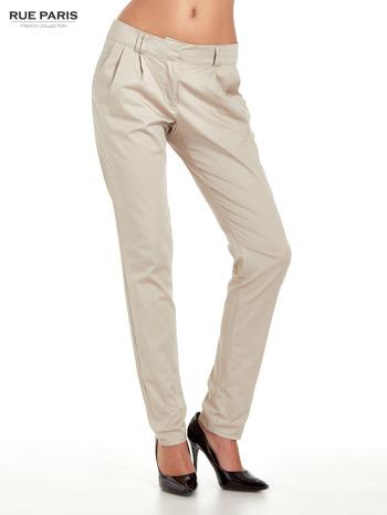 Jasnobeżowe spodnie cygaretki z zakładkami