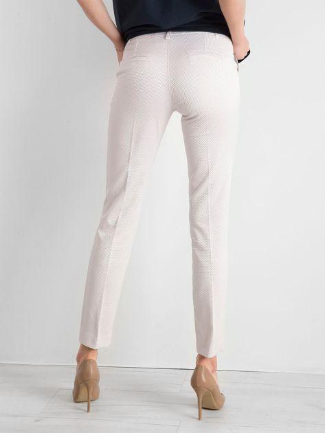 Jasnobeżowe spodnie damskie o prostym kroju                              zdj.                              2