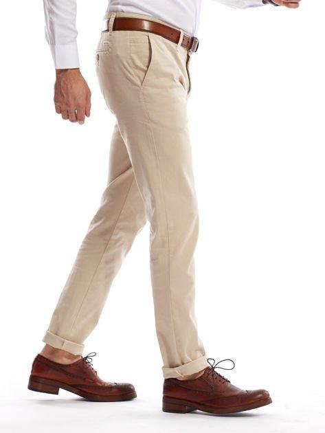 Jasnobeżowe spodnie męskie chinosy o prostym kroju                              zdj.                              17