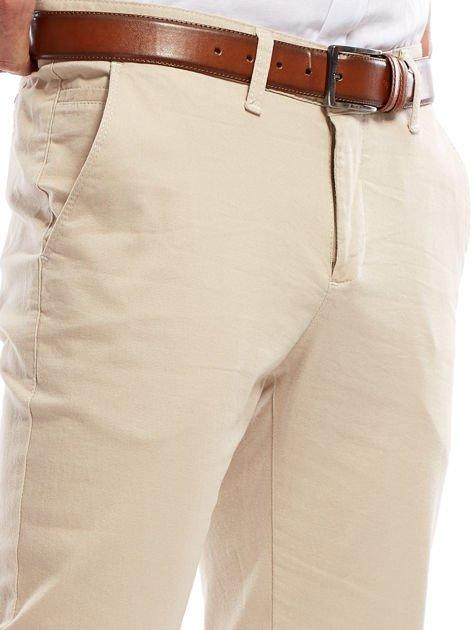 Jasnobeżowe spodnie męskie chinosy o prostym kroju                                  zdj.                                  5