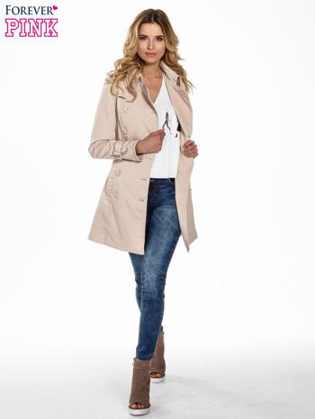 Jasnobeżowy klasyczny płaszcz trencz ze skórzanym obszyciem                                  zdj.                                  2