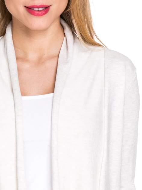 Jasnobeżowy otwarty sweter narzutka z dłuższym tyłem                                  zdj.                                  5