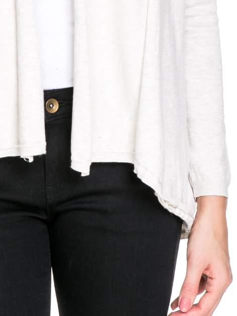 Jasnobeżowy otwarty sweter narzutka z dłuższym tyłem                                  zdj.                                  6