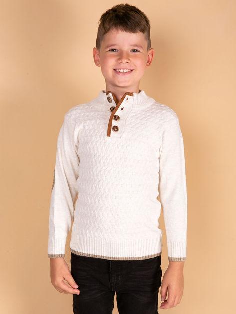 Jasnobeżowy sweter dla chłopca z plecionym wzorem                              zdj.                              2