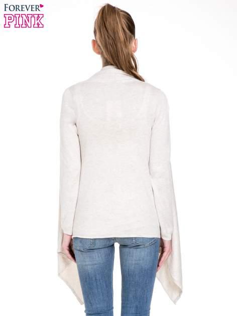 Jasnobeżowy sweter narzutka z kaskadowymi bokami                                  zdj.                                  4