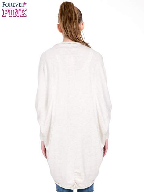 Jasnobeżowy sweter narzutka z nietoperzowymi rękawami                                  zdj.                                  4