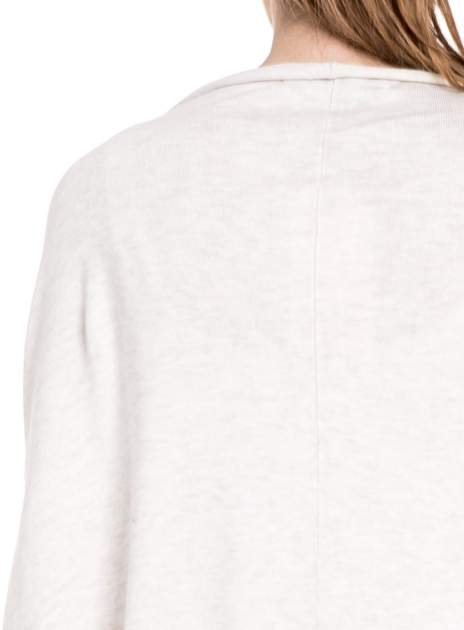 Jasnobeżowy sweter narzutka z nietoperzowymi rękawami                                  zdj.                                  7