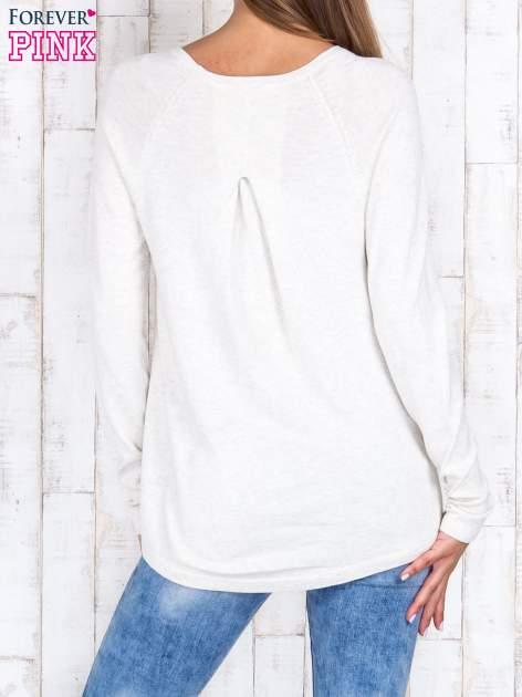 Jasnobeżowy sweter z dłuższym tyłem i zakładką na plecach                                  zdj.                                  4