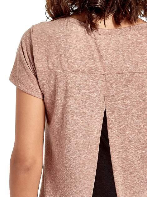 Jasnobordowy t-shirt z kwiatowym nadrukiem zdobionym dżetami                                  zdj.                                  5