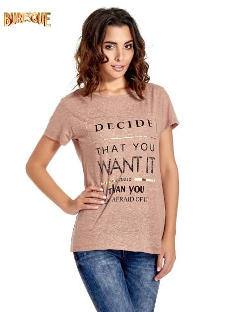 Jasnobordowy t-shirt z motywacyjnym napisem                                  zdj.                                  1