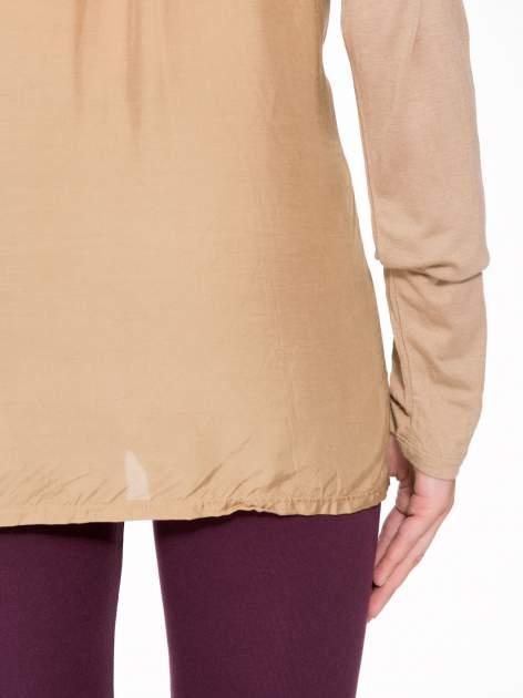 Jasnobrązowa bluzka z atłasowym obszyciem przy dekolcie i kieszonką                                  zdj.                                  8