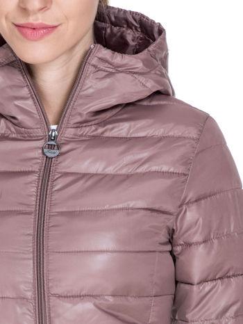 Jasnobrązowa puchowa kurtka z błyszczącego materiału z kapturem                                  zdj.                                  5