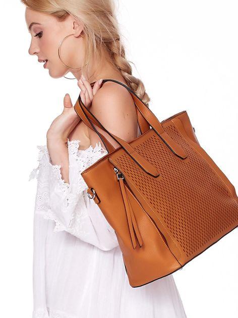 Jasnobrązowa torba shopper z ażurowaniem i odpinanym paskiem                              zdj.                              1