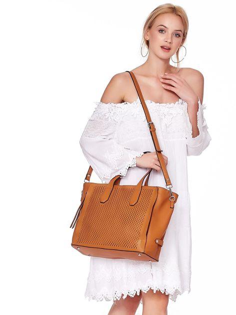 Jasnobrązowa torba shopper z ażurowaniem i odpinanym paskiem                              zdj.                              3