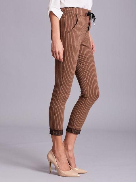 Jasnobrązowe damskie spodnie w paski                              zdj.                              3