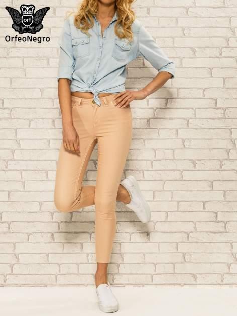 Jasnobrązowe spodnie rurki skinny z kieszeniami                                  zdj.                                  2