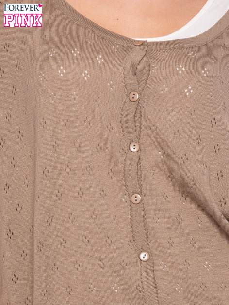 Jasnobrązowy ażurowy sweterek z krótkim rękawem                                  zdj.                                  5