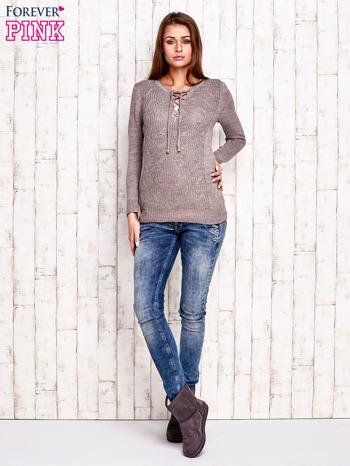 Jasnobrązowy dzianinowy sweter z wiązaniem                              zdj.                              2
