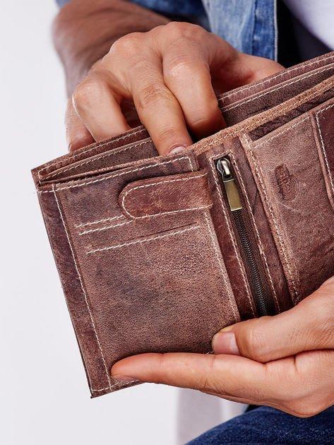 Jasnobrązowy portfel męski na zatrzask z emblematem                              zdj.                              4