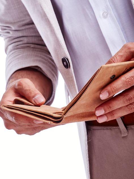 Jasnobrązowy portfel męski z tłoczonym emblematem                              zdj.                              4