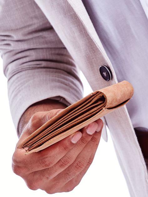 Jasnobrązowy portfel męski z tłoczonym emblematem                              zdj.                              5