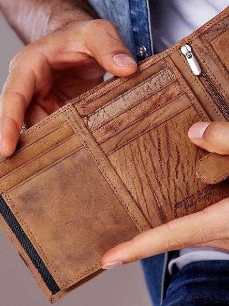 Jasnobrązowy portfel męski z tłoczonym napisem                              zdj.                              3