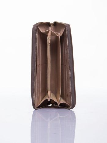 Jasnobrązowy portfel z uchwytem na rękę i złotym logiem                                  zdj.                                  3