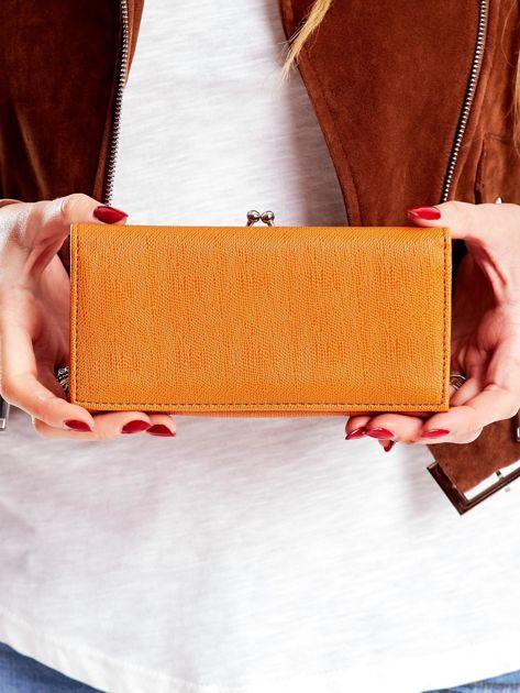Jasnobrązowy portfel z zewnętrzną kieszenią na bigiel