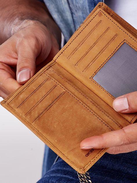 Jasnobrązowy skórzany portfel męski z przywieszką                              zdj.                              3
