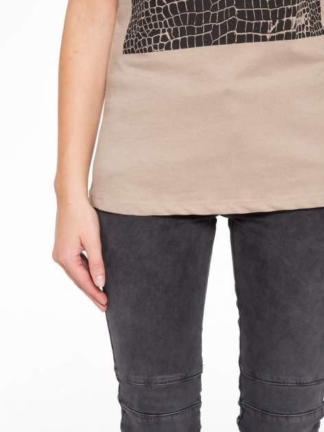 Jasnobrązowy t-shirt z motywem zwierzęcym                                  zdj.                                  7