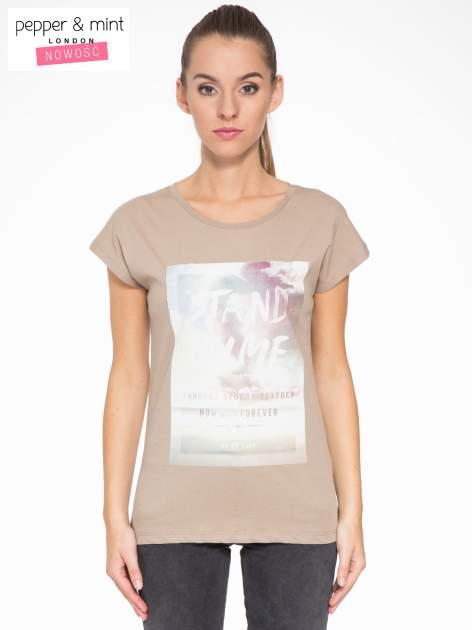 Jasnobrązowy t-shirt z napisem STAND BY ME                                  zdj.                                  1