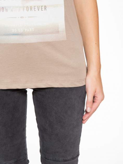 Jasnobrązowy t-shirt z napisem STAND BY ME                                  zdj.                                  7