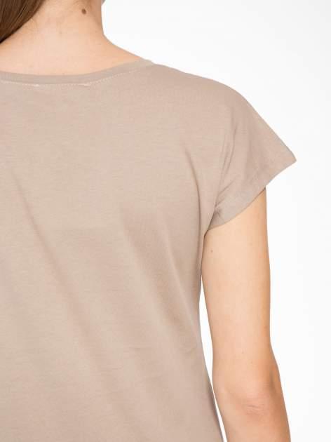 Jasnobrązowy t-shirt z napisem STAND BY ME                                  zdj.                                  8