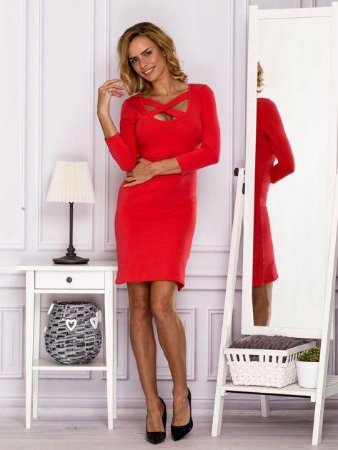 Jasnoczerwona sukienka z paskami przy dekolcie                               zdj.                              4