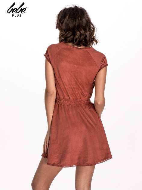 Jasnoczerwona sukienka z zamszu w stylu boho                                  zdj.                                  3