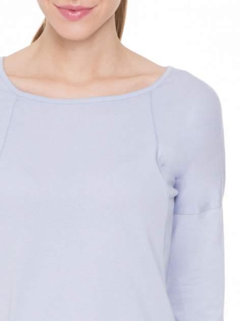 Jasnofioletowa gładka bluzka z ozdobnymi przeszyciami                                  zdj.                                  5