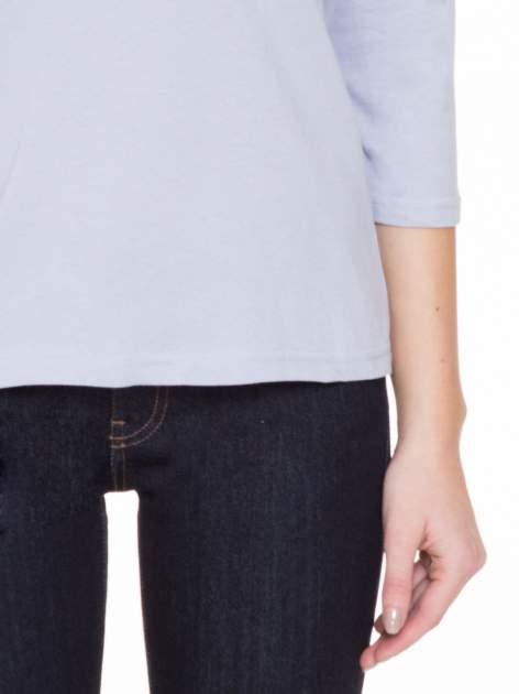 Jasnofioletowa gładka bluzka z ozdobnymi przeszyciami                                  zdj.                                  6