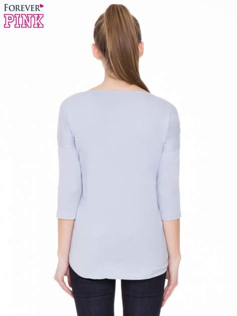 Jasnofioletowa gładka bluzka z ozdobnymi przeszyciami                                  zdj.                                  4