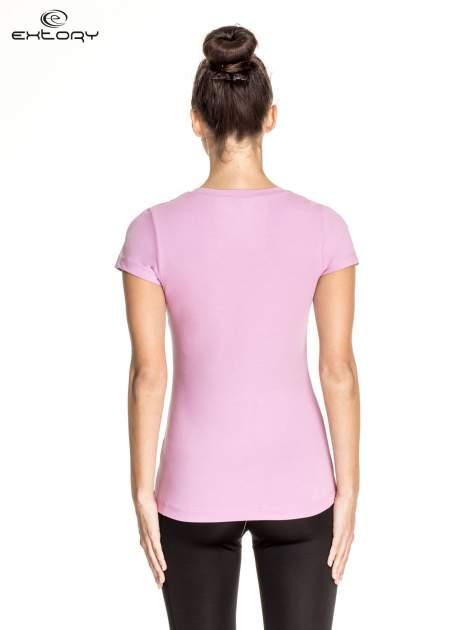 Jasnofioletowy damski t-shirt sportowy z dekoltem V PLUS SIZE                                  zdj.                                  4